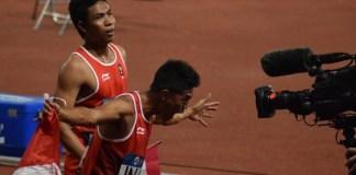 Dua pelari asal Lombok, Nusa Tenggara Barat, Lalu Muhammad Zohri (belakang), dan Muhammad Fadlin, melakukan selebrasi, usai meraih medali perak di nomor lari estafet 4x100 meter, pada Asian Games 2018 lalu. Zohri yang masih berusia 17 tahun, menjadi atlet prioritas guna mengisi kuota 60 persen, skuat Indonesia di ajang SEA Games 2019 Filipina. (Riz/NYSN)