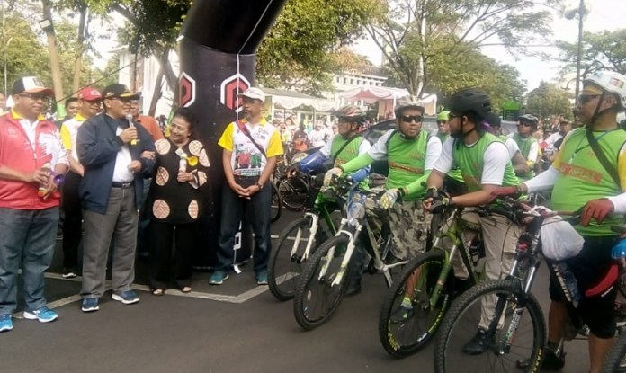 Sepeda Nusantara 2018 menyambangi Kota Bandung, Jawa Barat (Jabar), pada Minggu (28/10). Sekitar 2.500 warga antusias menyemarakkan program unggulan Kementerian Pemuda dan Olahraga (Kemenpora), yang dipusatkan di Plaza Kota Bandung, Jabar. (Kemenpora)