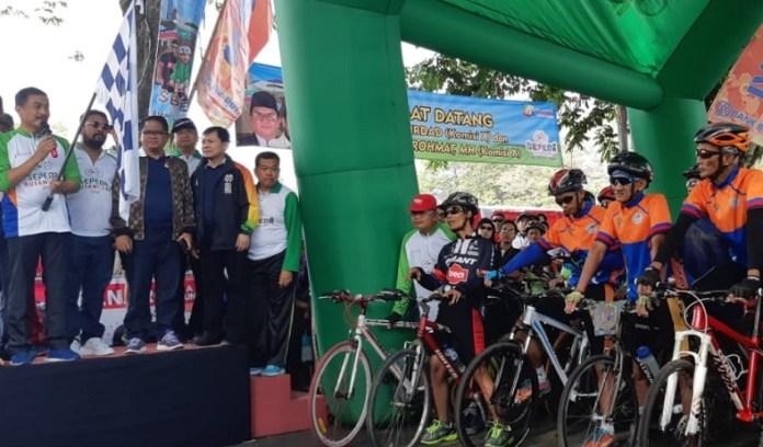 Ada yang berbeda pada peringatan Hari Sumpah Pemuda (HSP) ke-90, di Salatiga, Jawa Tengah (Jateng). Peringatan hari bersejarah itu disemarakkan dengan digelarnya event Sepeda Nusantara 2018, pada Minggu (28/10). Tampak dua anggota Komisi X DPR RI, yakni Mujib Rohmat dan Jamal Mirdad, melepas seremonial event ini. (Kemenpora)
