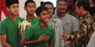Presiden Joko Widodo didampingi Menteri Pemuda dan Olahraga, Imam Nahrawi, menerima kedatangan kontingen Timnas U-16, yang baru saja tampil di ajang Piala Asia U-16 2018, di Istana Merdeka, Jakarta, Kamis (4/10). (Liputan6.com)