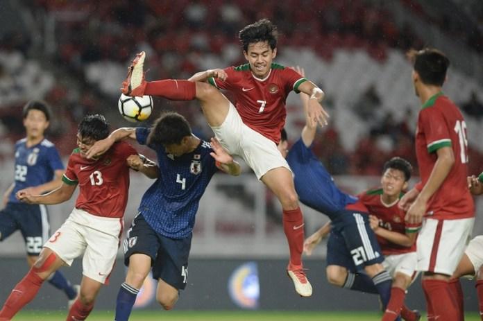 Gelandang Timnas U-19, Luthfi Akmal (7), saat berduel dengan skuat Timnas Jepang U-19, Hasioka Daiki (4/ketiga kiri). Indonesia takluk 1-4 dari Jepang U-19, pada partai uji coba jelang Piala AFC U-19, yang berlangsung di Stadion Utama Gelora Bung Karno (SUGBK), Jakarta, pada Minggu (25/3). (liputan6.com)