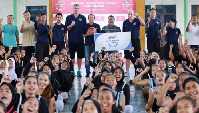 Honda Developmental Basketball League (DBL) Special Basketball Clinic For Lombok, dimulai sejak Senin (5/11), yang berlangsung di Gelanggang Pemuda Mataram, Mataram, Nusa Tenggara Barat. Sebanyak 222 pebasket pelajar di Pulau Lombok mendapat program latihan sekaligus seleksi menuju Honda DBL Camp. (DBL)