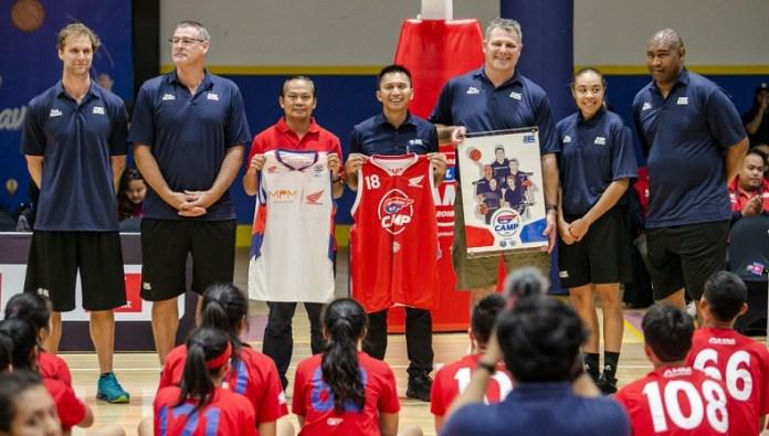 Suhari, Marcomm Development Division Head MPM Distributor Honda (ketiga dari kiri), Azrul Ananda (CEO dan Founder DBL Indonesia), dan Andrew Vlahov bersama para trainer World Basketball Academy Australia, hadir dalam acara peresmian Honda DBL Camp 2018, pada Selasa (27/11), di DBL Academy Pakuwon Surabaya, Jawa Timur. (DBL)