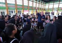 Ryan Gardinir, pelatih World Basketball Academy (WBA) Australia mengajarkan bagaimana cara shooting yang benar, kepada para camper putri dalam event Honda DBL Special Basketball Clinic For Lombok, yang berlangsung di Gelanggang Pemuda Mataram, pada Senin-Rabu, 5 -7 November. (DBL)