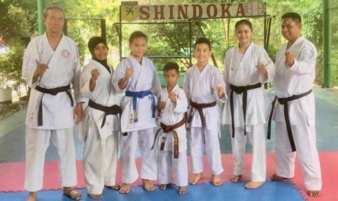 Ketua Perguruan Shindoka Sumut, Zulkarnain (paling kiri), bersama kelima atlet binaanya, yang akan memperkuat Indonesia di Asia Pasific Shitoryu Karate Federation (APSKF) 2018 pada 22-24 November 2018, di Mahaka Mall Sport, Kelapa Gading, Jakarta. (tribunnews)
