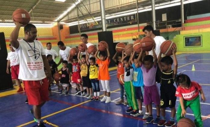 """Kejuaraan basket tingkat pelajar di Bali Oktober lalu, jadi momentum menemukan pemain berbakat. Mantan pemain Pro Kobatama era 2000-an, Regi Jeffray Nomleni tertarik untuk menemukan bibit dari kota asalnya Kupang, Nusa Teggara Timur (NTT), dengan menggagas event Free Basketball Coaching Clinic """"DARI BETA UNTUK TANAH TIMOR 2"""". (tribunnews.com)"""