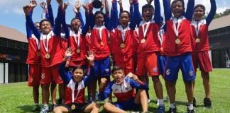 Tim Okky Youth Soccer (OYS) U-12 sukses menekuk tuan rumah, JSSL Singapura, dalam final turnamen SingaCup 2018 U12. Laga yang berlangsung di The Cage Sports Park, Turf City, Singapura ini, OYS menang telak 7-2, pada Rabu (8/11). (istimewa)