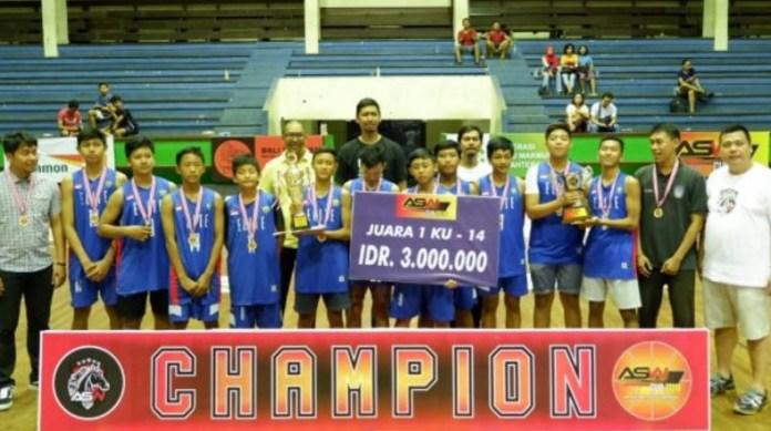 Skuat tim Elite Denpasar KU-14, usai menerima kalungan medali dan hadiah, yang diserahkan Owner All Star Winner (ASW) Sport, Ali Santoso Wibowo (kanan), di GOR Ngurah Rai Denpasar, pada Sabtu (8/12). Di final, mereka mengalahkan tim Merpati Denpasar dengan skor telak, 70-31. (wartabalionline.com)