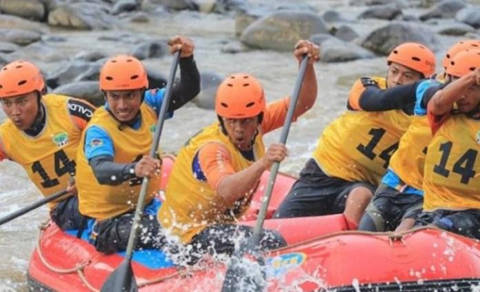 Tim arung jeram Jawa Barat (Jabar) tengah bertanding dalam Kejurnas Arung Jeram R6 2018 di Sungai Ciwulan, Tasikmalaya. Hingga Sabtu (15/12), mereka memimpin dengan 11 medali emas, 3 perak, dan 3 perunggu. (pikiran-rakyat.com)