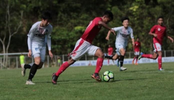 Pemain Timnas Pelajar Indonesia U-15, Andrian Rusdianto (merah/20), menggiring bola saat menghadapi tim asal Korea Selatan, Busan FC, pada Bali International Football Championship (IFC) 2018, di Stadion Beji Mandala, Pecatu, Badung, Bali, Selasa (4/12). Pada pertandingan ini, Timnas U-15 menang 3-0. (antara.com)