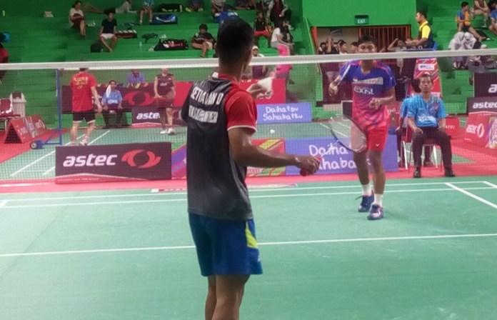 Pemain tunggal taruna putra, I Gede Pasek Ekayana (kanan), asal PB Exist Jakarta, membidik gelar juara Daihatsu ASTEC Open Badminton Championship 2018. Ia lolos ke babak 32 besar usai menundukkan Dimas Setiawan, straight game, 21-12, 21-9, pada Selasa (4/12) di GOR Soemantri Brodjonegoro, Kuningan, Jakarta Selatan. (Adt/NYSN)
