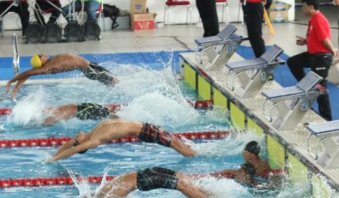 Hari pertama event 2nd Indonesia Open Aquatic Championship 2018, menggelar delapan nomor final di GBK Aquatic Stadium, Sabtu (1/12). Perenang andalan Indonesia, I Gede Siman Sudartawa, yang tampil untuk klub Millennium Aquatic (MNA) Jakarta, melesat menjadi raja pada nomor 100 Meter Gaya Punggung Putra. (istimewa)