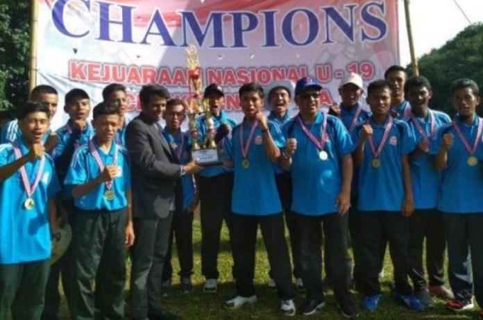 Tim kriket putra Kaltim, menjadi kampiun Kejuaraan Nasional (Kejurnas) U-19 Kriket 2018, usai unggul atas tuan rumah Banten, di babak final, yang berkesudahan dengan skor tipis 59-58, pada Kamis (20/12), di Lapangan Puspiptek, Serpong, Banten. (tribunnews.com)