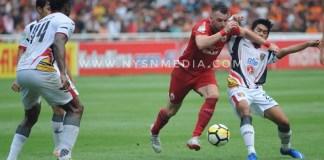 Striker Persija Jakarta (9), Marco Simic, memborong gol kemenangan atas Mitra Kukar, dengan skor 2-1, di Stadion Utama Gelora Bung Karno (SUGBK), Jakarta, pada laga penutup, Minggu (9/12). Persija akhirnya mengunci titel juara kompetisi GoJek Liga 1 2018. (Pras/NYSN)