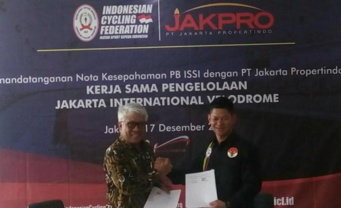 Raja Sapta Oktohari (Ketua Umum PB ISSI/Kanan) dengan Dwi Wahyu Daryoto (Direktur Utama PT Jakarta Propertindo/Jakpro), saat melakukan proses penandatanganan nota kesepahaman pengelolaan Jakarta International Velodrome Rawamangun, pada Senin (17/12). (Adt/NYSN)