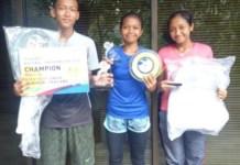 Atlet tenis binaan Pusat Pendidikan dan Latihan Pelajar Daerah (PPLPD) Musi Banyuasin (Muba), Sumatera Selatan, Jones Pratama (kiri), Merliana Mona Rizki (tengah), dan Indah Septiani, meraih prestasi tingkat nasional, pada ajang Junior Master Nasional U-16, di Lapangan Tenis Hotel Sultan, Jakarta, pada Minggu (9/12). (halosumsel.com)