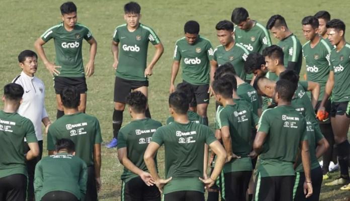 Timnas U-22 melakukan latihan perdana di Lapangan ABC, Senayan, Jakarta, Senin (7/1). Mereka akan mengikuti Piala AFF U-22 2019 di Kamboja. Pelatih Timnas U-22, Indra Sjafri, akan memilih 23 pemain terbaik dan dijadwalkan menjalani dua kali uji coba lebih dulu. (bola.com)