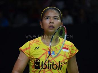 Greysia Polii berusaha menenangkan diri dengan melihat ke arah penonton pada saat bertanding melawan pasangan asal China Taipei