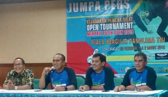 Perguruan Silat Merpati Putih menggelar MP Open 2019, di GOR Ciracas, Jakarta Timur, pada 28 Februari-2 Maret 2019. Abdul Kharis Almasyari (kedua dari kiri) mengatakan event ini bertujuan untuk mencari bibit pesilat tangguh dan berprestasi. (Adt/NYSN)