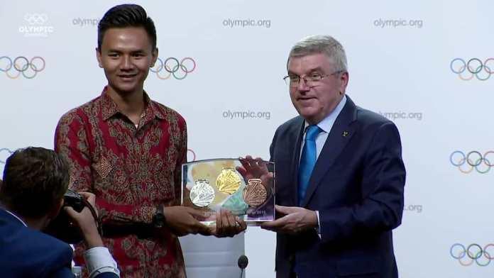 Muhamad Farid Husein saat menerima penghargaan kompetisi desain medali di Youth Olympic Games, Buenos Aires