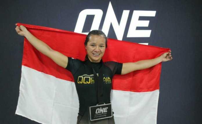 Petarung putri Priscilla Hertati Lumban Gaol meraih kemenangan di ajang ONE: For Honor di Istora Senayan, Jakarta, Jumat (3/5) malam. (Adt/NYSN)
