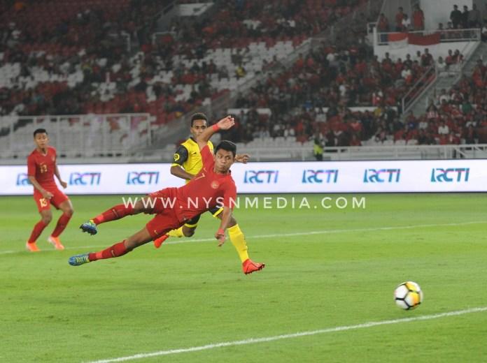 Penyerang timnas Indonesia bernomer punggung 27, Dedik Setiawan mencoba menyarangkan goal ke gawang Vanuatu. Indonesia berhasil menang 6-0 atas Vanuatu dalam laga persahabatan. Sabtu (15/6/2019) di Stadion Glora Bung Karno.