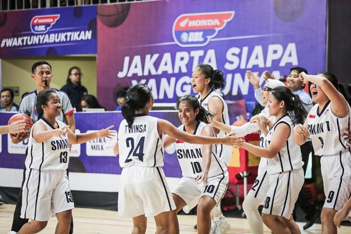 Tim putri SMAN 1 Jakarta larut dalam kegembiraan setelah memastikan diri melaju ke final Honda DBL 2019 DKI Jakarta Series-North Region.