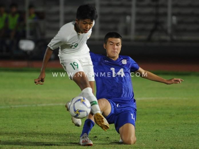 Salah satu pemain Filipina berusaha merebut bola dari pemain Indonesia bernomor punggung 19. (Prass/NYSN Media)