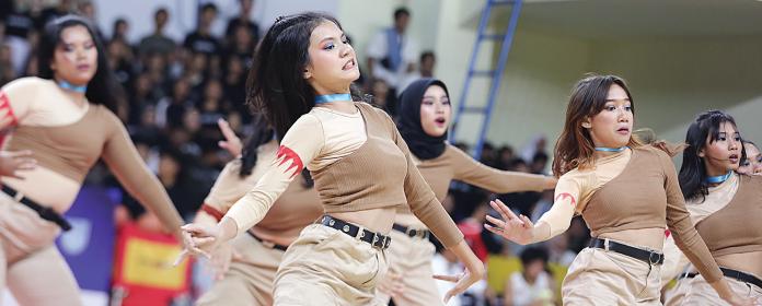 Salzeus (nama tim dance SMAN 71) membuat seisi GOR Pulo gadung terpukau dengan penampilannya pada lanjutan UBS Gold Dance Competition wilayah Jakarta Timur, Senin (30/9)