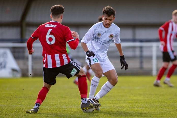 Brylian Aldama saat berhadapan dengan saah satu pemain Sheffield United U18