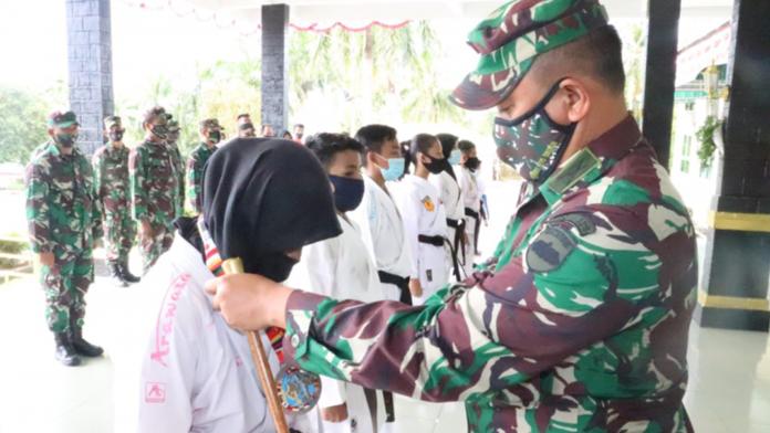 Dandim 0315/Bintan Kolonel Inf I Gusti Ketut Artasuyasa saat memberikan penghargaan ke salah satu karateka.