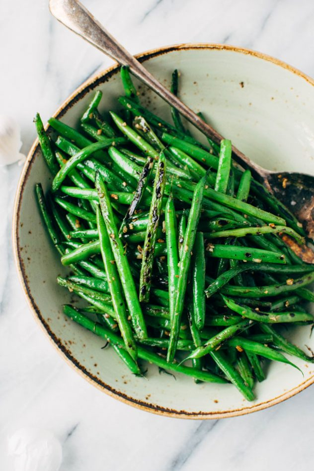 3 ingredient garlic charred green beans! The easiest and most delicious side dish you've ever laid your eyes on. Ready in 15 minutes flat, these green beans are great paired with any main dish - or made at the beginning of the week and added to lunch // dinner // breakfast bowls throughout the week!