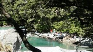 3月5日ルートバーン渓谷で休憩するガイデッドウォークツアー参加者