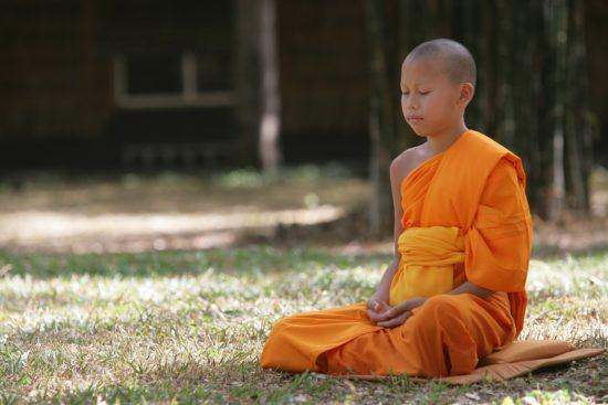 """Budismul este mai multă direcție filosofică decât religia, nu ia în considerare prezența unei divinități care a creat universul, ca în religiile obișnuite, ale societății noastre. Există doar """"Deva"""", dar acestea nu sunt o divinitate care să gestioneze soarta oamenilor și universul, aceștia sunt aceiași oameni, doar de la o altă realitate. La fel ca Buddha, care a fost o persoană reală care a trăit acum 2,5 mii de ani, așa că întrebarea este: """"Crezi în Buddha?"""" Nu are sens în filosofia budistă."""