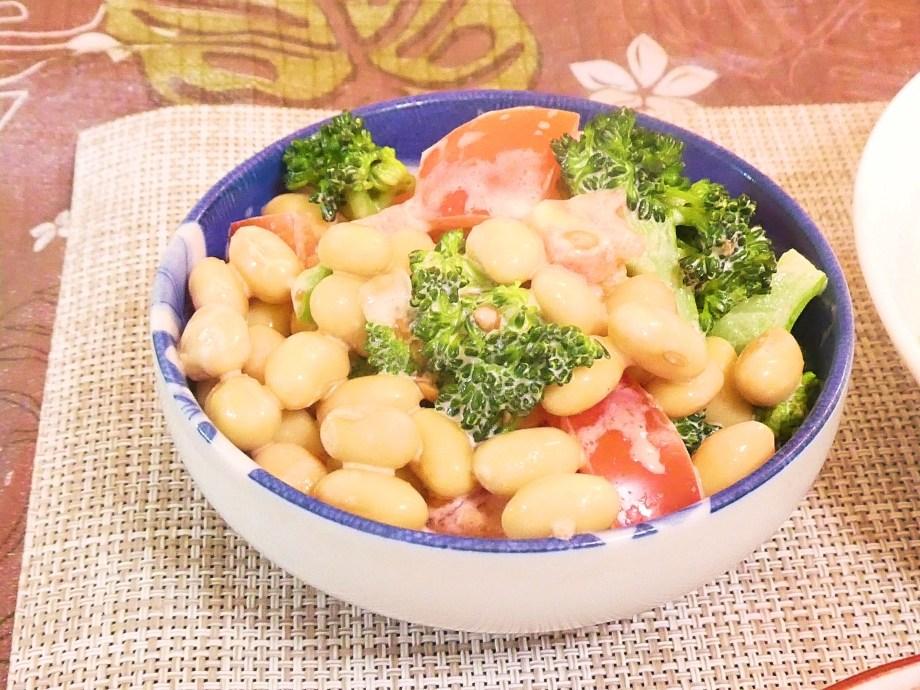 蒸し大豆とブロッコリーのトマトサラダ