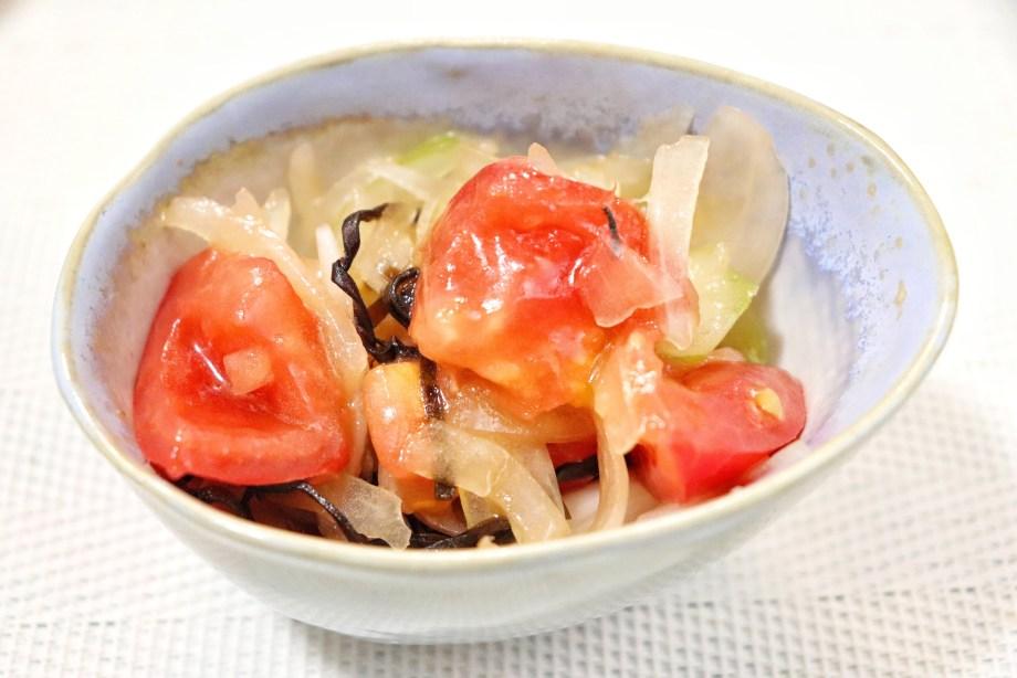 玉ねぎとトマトの塩昆布サラダ