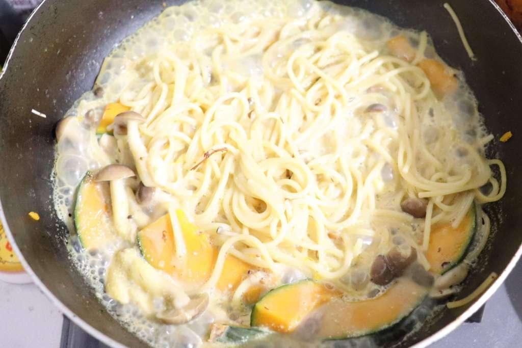 豆乳、お味噌を加えて炒める