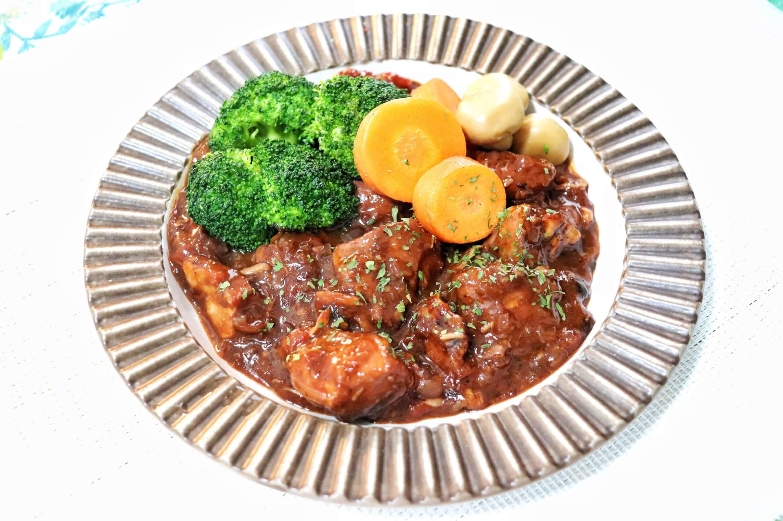 鶏胸肉とトマトの赤ワイン煮込み