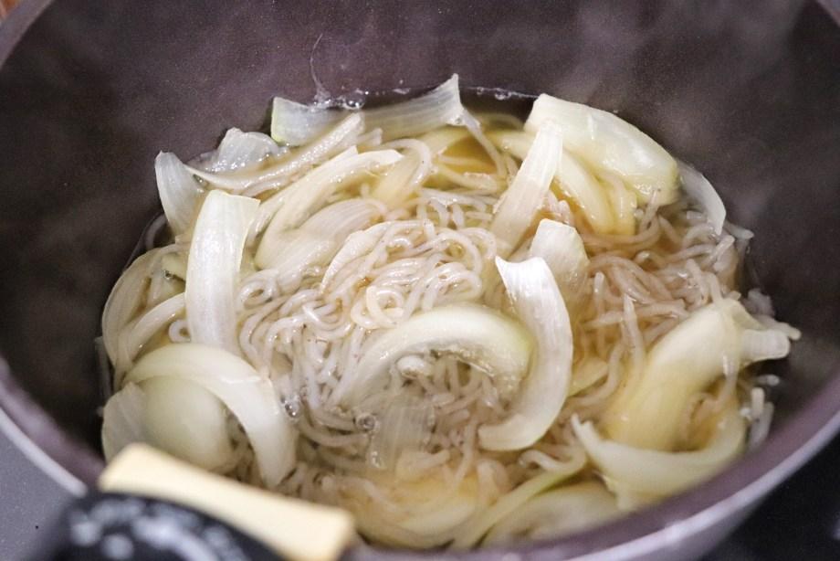 調味料、玉ねぎを弱火で煮る