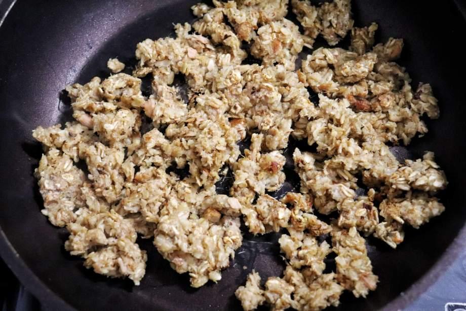 オートミール、鶏ガラスープの素を加えて炒める