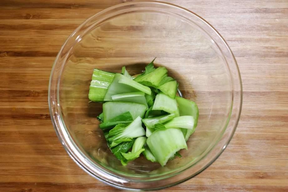 チンゲン菜は食べやすい大きさに切り茎と葉にわける