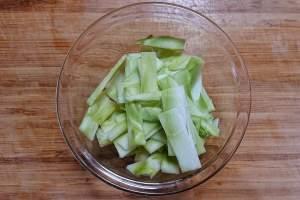 ブロッコリーの茎を切る
