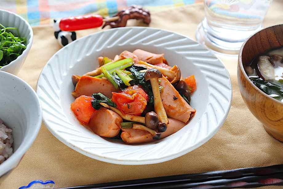 魚肉ソーセージと小松菜のトマト炒め