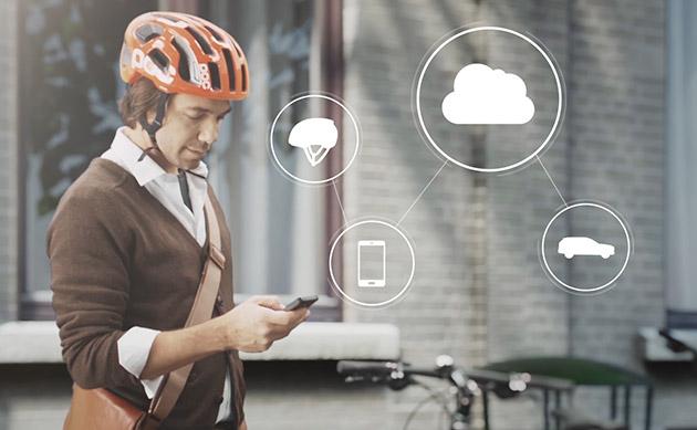 Il concetto del casco della bici di Volvo avvisa lun laltro i cavalieri ed i driver