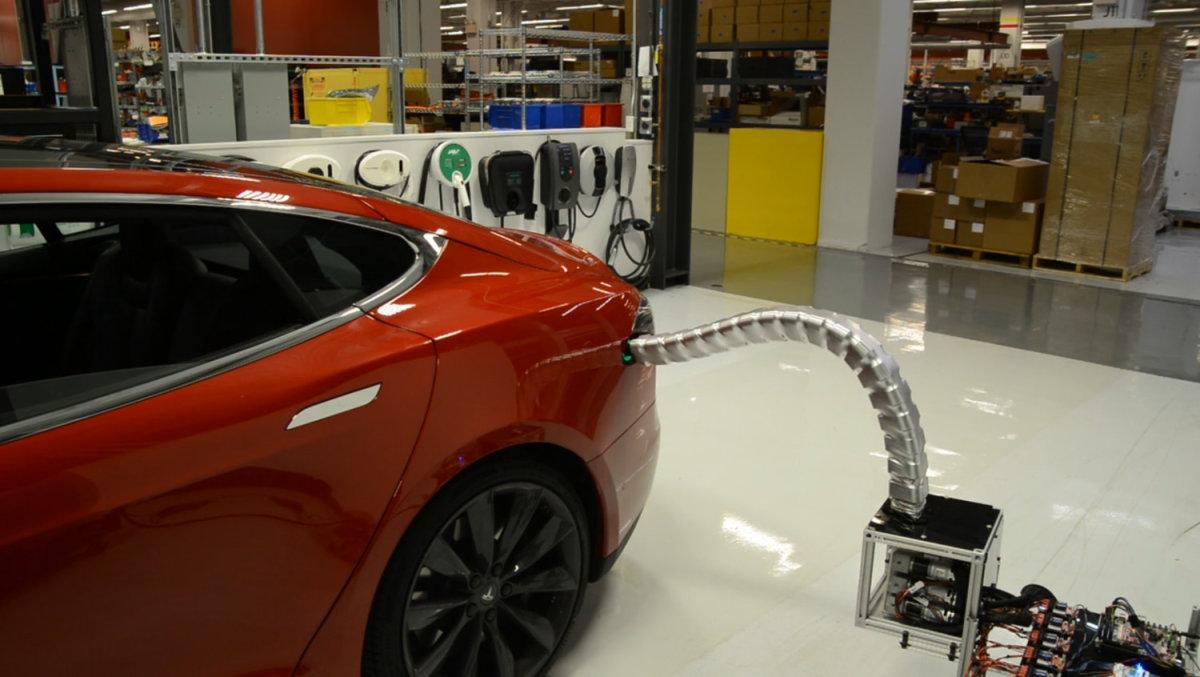 Los coches de Tesla también se cargarán solos