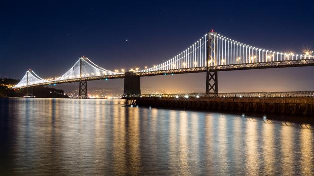 Il ponte della baia di San Francisco tiene le sue luci controllate da computer