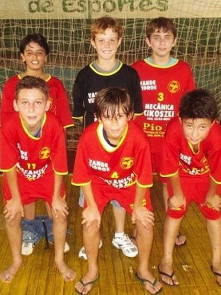 something ain't right photos, hidden funny photos, soccer photo pants down