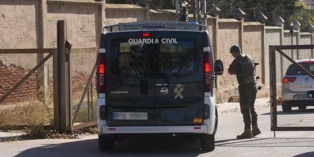 Una furgoneta de la Guarda Civil entra en el Cuartel Santa Eulalia de Sant Boi, donde ayer el Ministerio de Defensa mandó material logístico por si se tuviese que alojar allá a los agentes de refuerzo en Cataluña.