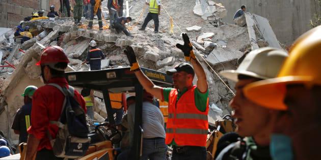 2017年9月19日、メキシコ地震発生後にガレキを片づける人々 REUTERS/Carlos Jasso