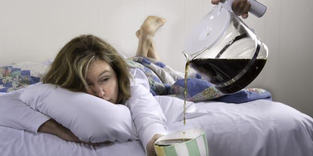 Um grande erro que muitas pessoas cometem enquanto ingerem álcool é acreditar que a ressaca é proveniente inteiramente da desidratação.